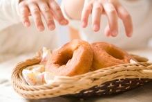 甘い食べ物を食べるイメージ写真