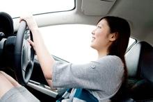 ドライブする女性のイメージ写真