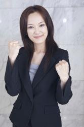 ファイティングポーズをする女性のイメージ写真