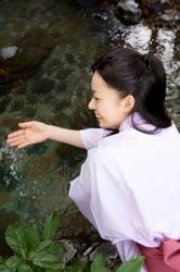 温泉で疲れを癒す女性のイメージ写真