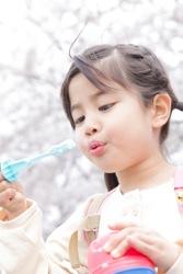シャボン玉で遊ぶ子供のイメージ写真